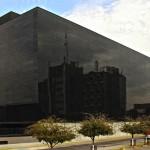La principal embotelladora de Coca-Cola en México genera electricidad con vidrios fotovoltaicos en su fachada