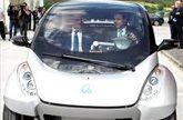 El ministro de Industria prueba el coche electrico Hiriko