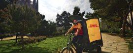 La mensajería DHL inventa un reparto ecológico en Barcelona y Valencia al circular con triciclos eléctricos