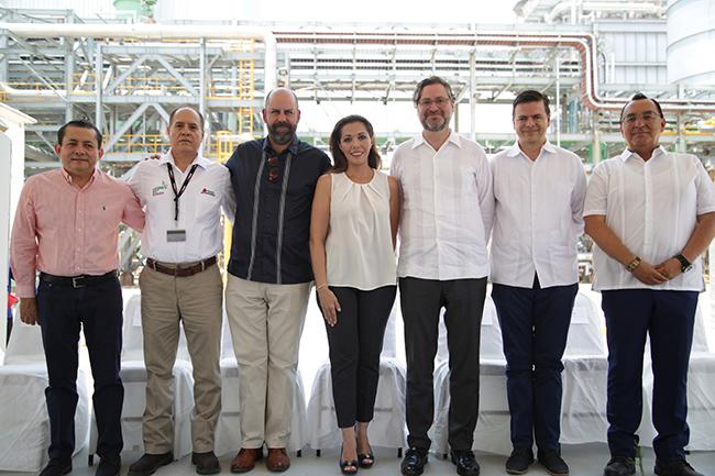 El CEO de Abengoa, Joaquín Fernández de Piérola y la Secretaria para el Desarrollo Económico y Competitividad del Gobierno del Estado de Tabasco, Licenciada Mayra Elena Jacobo Priego, entre otras autoridades.