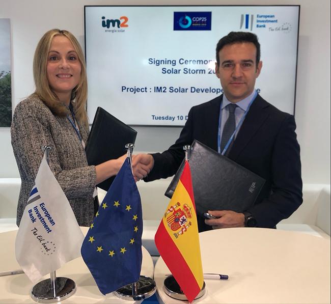 Emma Navarro y Enrique Selva durante la firma del acuerdo en la COP25.