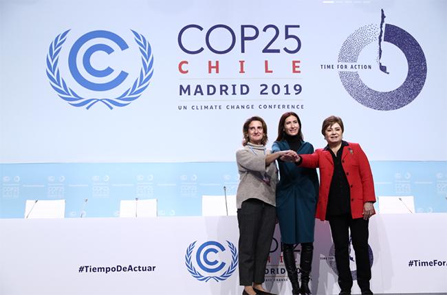 La ministra de Medio Ambiente de Chile, Carolina Schmidt, acompañada de la Secretaria Ejecutiva de la CMNUCC, Patricia Espinosa, junto a la Ministra de Transición Ecológica de España, Teresa Ribera.