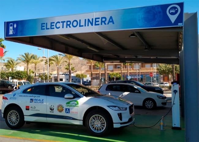 Las infraestructuras de recarga de vehículos eléctricos tendrán acceso desde la red de carreteras como tienen las gasolineras.